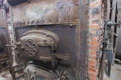Боилер угля кирпича горящий в комнате машины Стоковые Изображения RF