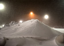 бойскаут младшей группы извлекая снежок Стоковая Фотография RF