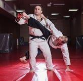 2 бойца карате показывая техническое искусство пока практикующ Стоковое Изображение RF