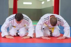 2 бойца обхватывая перед боем Стоковая Фотография