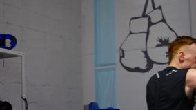 2 бойца тренируют удары с руками и ногами стоя на ringside акции видеоматериалы