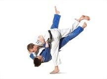 2 бойца judokas воюя людей на белизне Стоковые Изображения RF