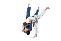 2 бойца judokas воюя людей на белизне Стоковое Фото
