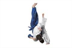 2 бойца judokas воюя людей на белизне Стоковые Изображения