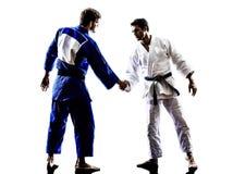 Бойцы Judokas воюя силуэт людей рукопожатия Стоковые Фотографии RF