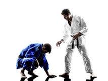 Бойцы Judokas воюя силуэт людей Стоковые Фотографии RF