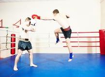 Бойцы Muay тайские на боксерском ринге Стоковое фото RF