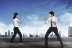 Бой бизнесмена и женщины Стоковое Изображение