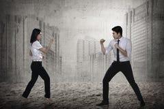 Бой бизнесмена и женщины Стоковое фото RF