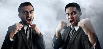 Бой бизнесмена на предпосылке дыма Стоковое фото RF