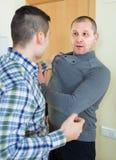 Бой 2 взрослых мужчин крытый Стоковые Фотографии RF