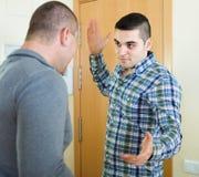 Бой 2 взрослых мужчин крытый Стоковое фото RF