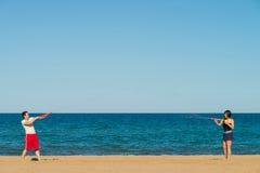 Бой водяного пистолета на пляже Стоковые Изображения RF