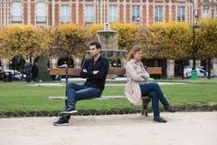 Бой влюбленности в Париже стоковая фотография rf