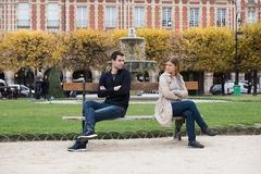 Бой влюбленности в Париже стоковые изображения