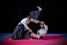 Бой между 2 бойцами айкидо Стоковое фото RF