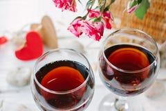 2 бокала с влюбленностью сердца и писем Стоковые Изображения RF