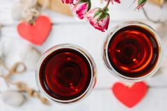 2 бокала с влюбленностью сердца и писем Стоковое Фото