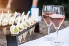 Бокалы и закуски на белой скатерти party Стоковые Фото