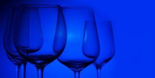 Бокалы на сини стоковое фото