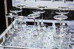 Бокалы сделанные из стекла в судомойке Стоковое Фото