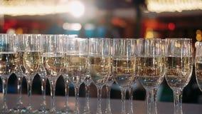 Бокалы Шампань установили в бар ночного клуба на дорогом роскошном торжестве свадьбы партии коктейля ресторана конец вверх сток-видео