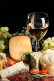 Бокал, блюдо сыров, мясо, томаты вишни стоковые фото
