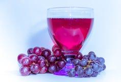 Бокал вина и виноградины в ультрафиолетов ряде цвета цвет года Стоковое Изображение RF