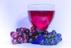 Бокал вина и виноградины в ультрафиолетов ряде цвета цвет года Стоковые Фотографии RF