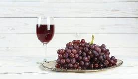 бокал вина и виноградины, на белизне Стоковые Фотографии RF