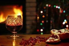 Бокал вина на предпосылке камина и рождественской елки Стоковая Фотография RF