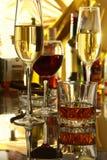 Бокал вина, рябиновка или коньяк на деревянном столе зеркала Стоковое фото RF