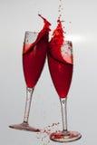 2 бокала в провозглашать жест с большой брызгать Стоковое Изображение RF