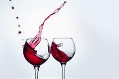 2 бокала в провозглашать жест с большой брызгать Стоковые Изображения RF