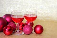 2 бокала здравицы украшениями шарика рождества Стоковые Фотографии RF