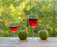 2 бокала и зеленых яблоки на таблице Стоковое фото RF