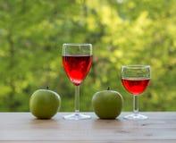2 бокала и зеленых яблоки Стоковые Фотографии RF