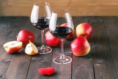 2 бокала и красного сердце на деревянном столе Стоковые Изображения RF