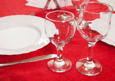 2 бокала на красной скатерти, украшенная таблица, Стоковая Фотография RF
