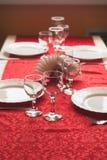 2 бокала на красной скатерти, украшенная таблица, Стоковые Фотографии RF