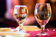 2 бокала на красной скатерти Стоковые Изображения RF