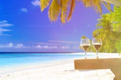 2 бокала на пляже песка Стоковое Изображение