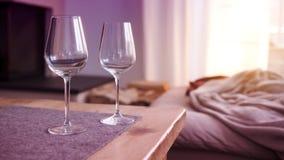 2 бокала на таблице в живущей комнате Стоковая Фотография