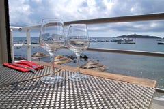 2 бокала на таблице на обедающем гавани романтичном Portofino улучшают летние каникулы для пар Стоковая Фотография
