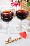 2 бокала с влюбленностью сердца и писем Стоковое Изображение RF