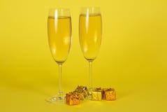 2 бокала с шампанским и малой яркой Стоковая Фотография RF