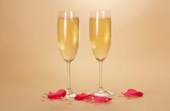 2 бокала шампанского и лепестков розы Стоковая Фотография RF