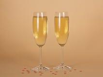 2 бокала шампанского и малых сердец дальше Стоковые Изображения RF