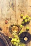 Бокал вина, бутылка и зеленые виноградины Стоковые Фотографии RF