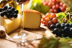 Бокал вина, виноградина и chesse Стоковая Фотография RF